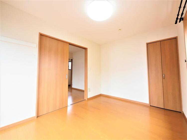 優しい色合いのフローリングを採用した住まい。床の色ひとつでお部屋の印象は大きく変わります。