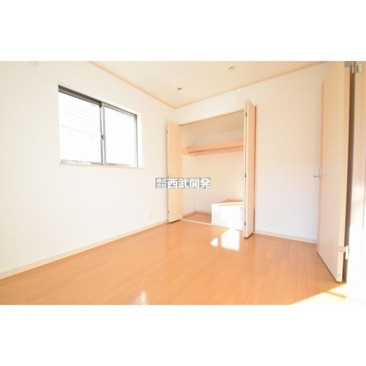 約5.24帖の洋室です。南側から日光が降り注ぐお部屋。