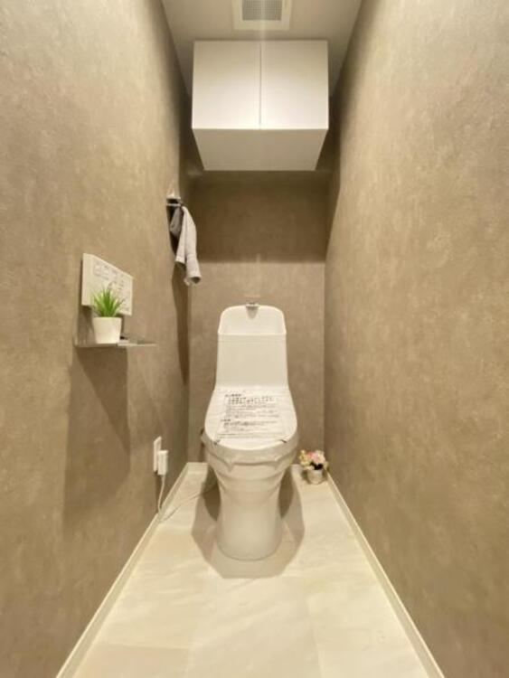 暖房便座・ウォシュレット付きのトイレ。落ち着いた雰囲気を演出する内装に仕上げました。