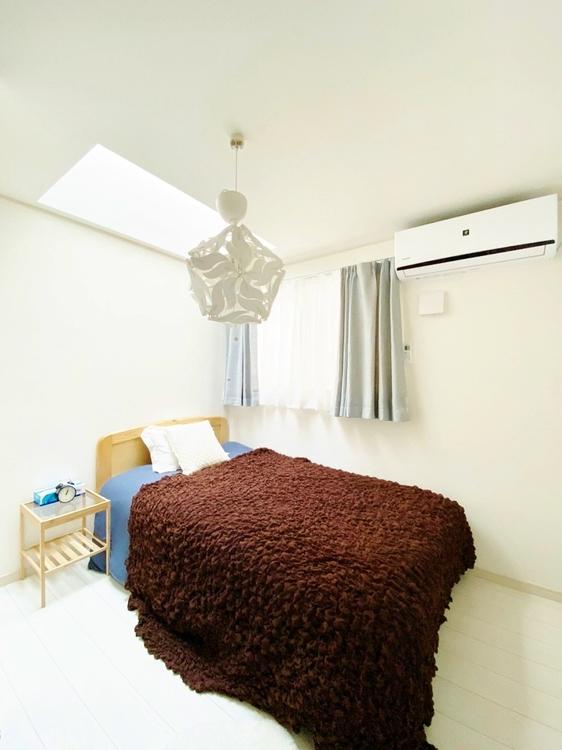 〜4.5帖居室〜 清潔感あるホワイトの壁紙クロスと温もり溢れるモダンカラーの床材が見事に調和した本邸宅。毎日の生活を少しでも快適に過ごして頂ける様、飽きの来ない雰囲気が大切です。