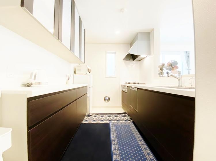 〜対面式キッチン〜 料理が効率的に捗る「3口コンロ」、家事時短に最適な「食洗器」、お手入れのしやすい「レンジフード」を完備。カトラリー収納も設置されているので使い勝手抜群のキッチンです。