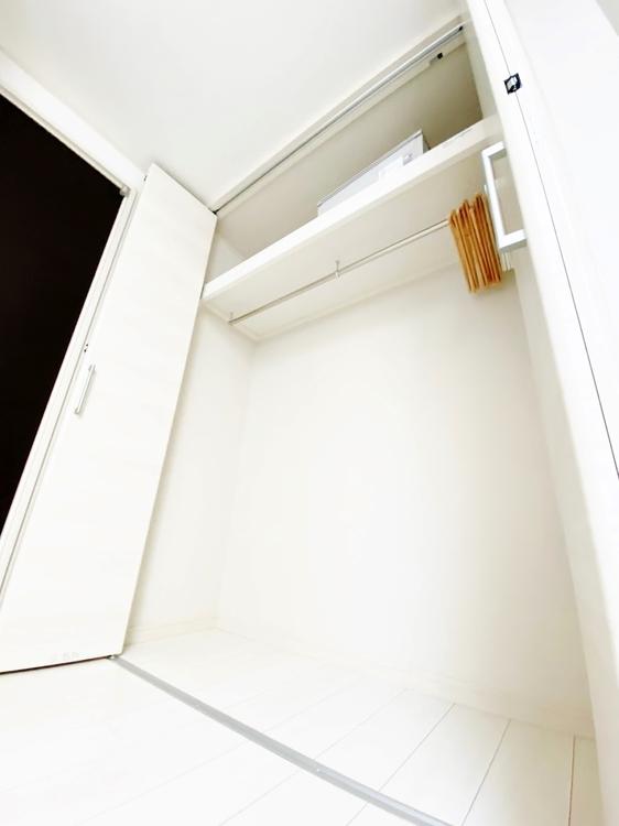 〜クローゼット〜 収納の多さも魅力です。使い勝手の良い収納棚を設置しております。居住スペースを充分に確保することができる為、ゆとりある室内で、ゆっくりとご寛ぎいただけます。