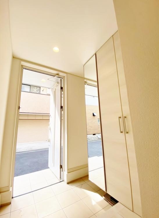 〜玄関〜 明るく広々とした玄関は開放感があり温かみを感じさせてくれます。シューズボックスも備えつけられていて靴はもちろん掃除道具なども収可能です。