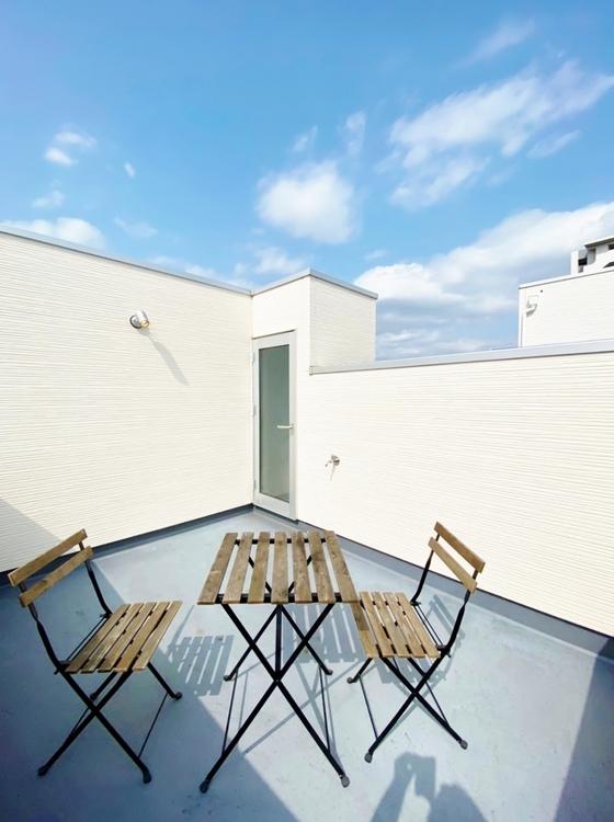 〜ルーフバルコニー〜 屋上のルーフバルコニーは周囲の街並を一望できる快適空間。夜は星空を眺めながらロマンチックなひと時を過ごすのも楽しそう。