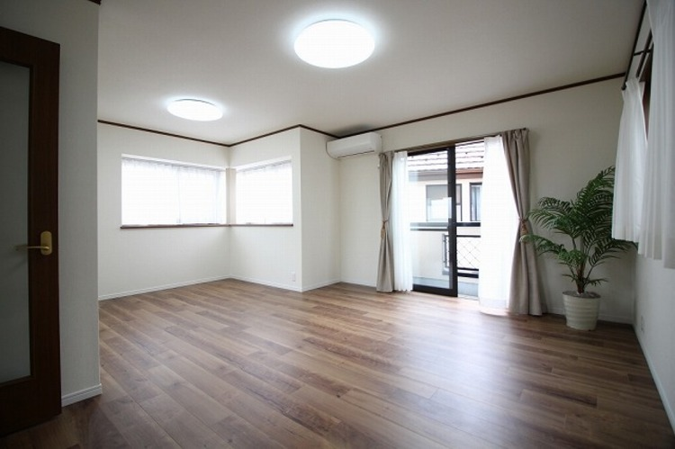 窓の多いリビングルームは採光も十分!家族団らんの空間にピッタリです