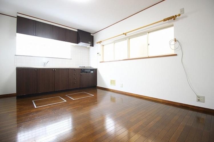 キッチンの床下収納は日用品のストックに便利!生活スペースを邪魔することもありません