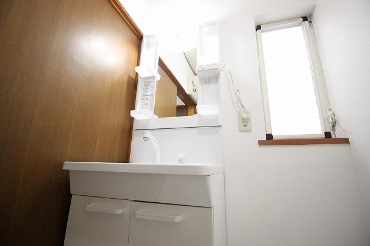 窓のついた洗面所は換気もバッチリ○清潔感のある洗面所で朝の身支度を