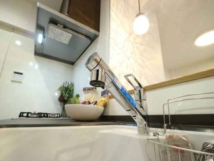 浄水器一体型水栓を採用しています。ワンタッチ式で浄水機能に切り替えができます。