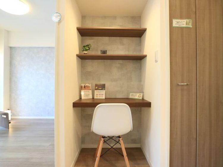 リビングにはデスクを設置。書斎としても、作業カウンターとしても、勉強机としても。多用途に対応できる便利なスペースです。