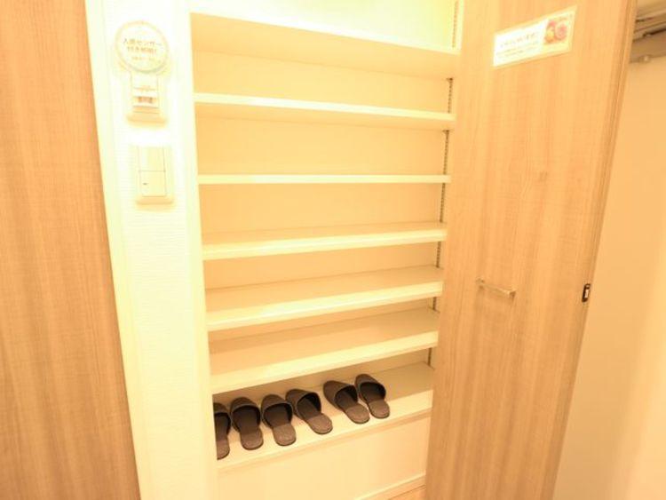 玄関横にも収納を設けてあります。たくさんの靴が収納することが出来ます。