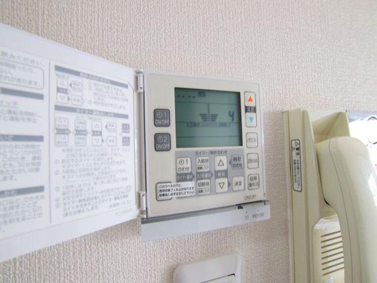 リビングは床暖房システムですので、足もとから天井に向かってお部屋を均一に温めてくれます。