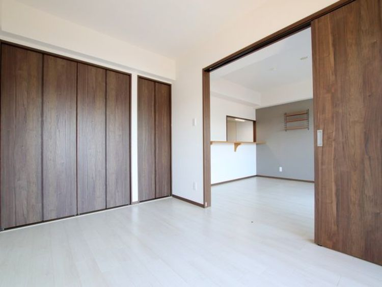 リビングの隣は約6.1帖の寝室。続き間としてもお使いいただけます。