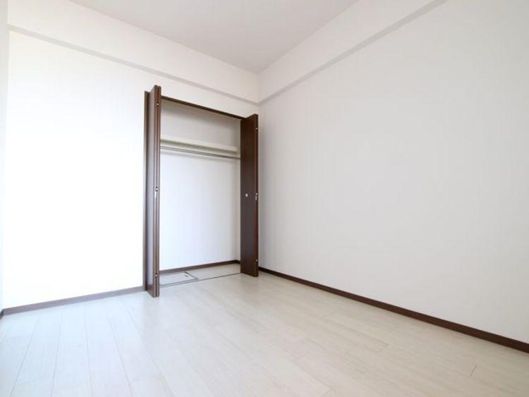 子様部屋としても最適な約5.8帖の寝室にはクローゼット収納付き。