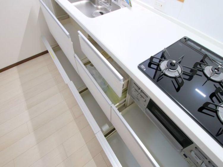 キッチンの収納力もご覧の通りたっぷりとございます。