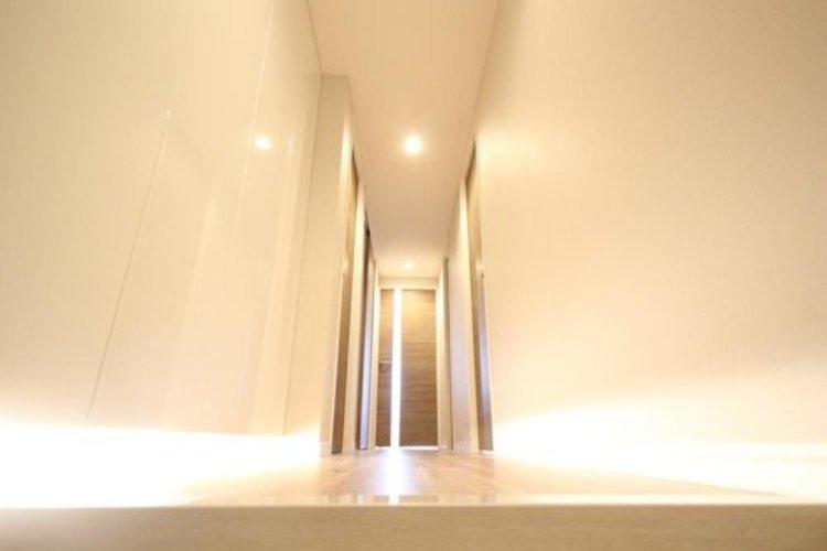 玄関を開けると、新規リフォームによって生まれ変わった空間が皆様を迎え入れます。部屋への期待感が高まります。