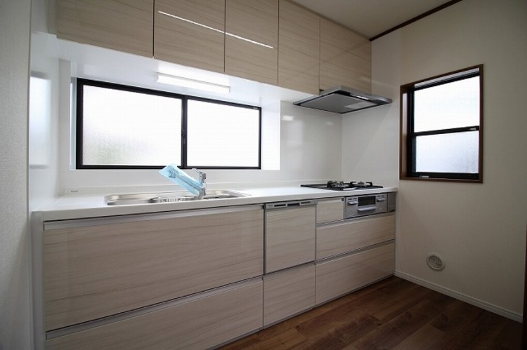 窓があって明るく換気も簡単なシステムキッチンで、お料理も楽しく○