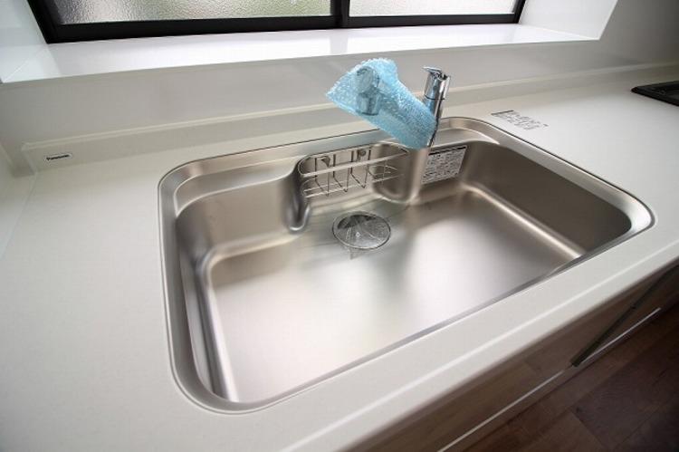 キッチンシンクは便利なシングルレバーの水栓を完備