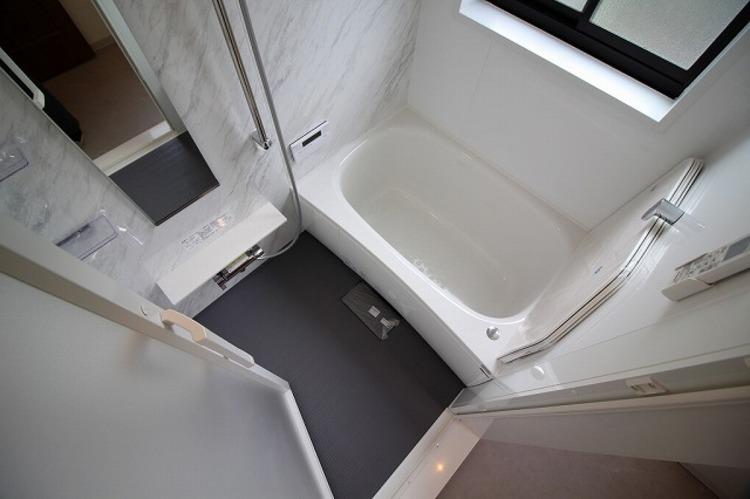 大きな窓のついたお風呂で、足をのばしてゆったりバスタイム○