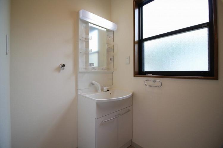 洗面用品を効率よく収納できるトレー付でスピーディな朝の身支度を