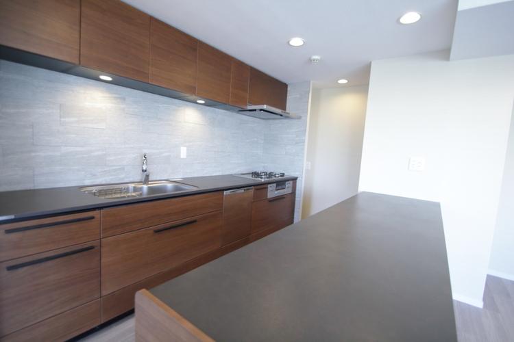 収納充実な広いカウンター付きキッチンは、使いやすい最新設備のシステムキッチンです♪