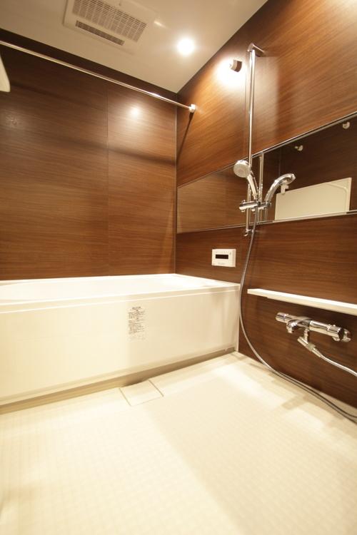 浴室は掃除がしやすい機能性とデザイン性を兼ね備えたスタイリッシュな空間。