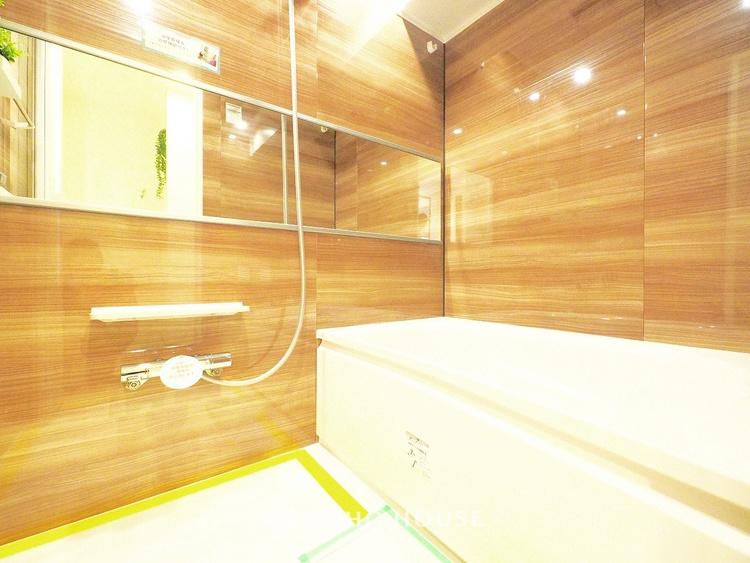 シックな色合いの浴室は一日の疲れを癒す特別な空間に