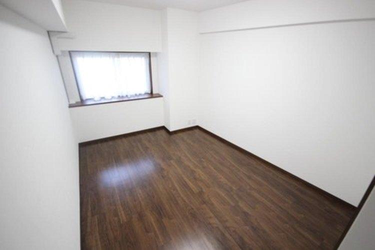 独立性を高めたお部屋。たっぷりの収納も配備しており、スッキリとした居住空間に。陽光も降り注ぐ明るく開放的な間取りが魅力的です。