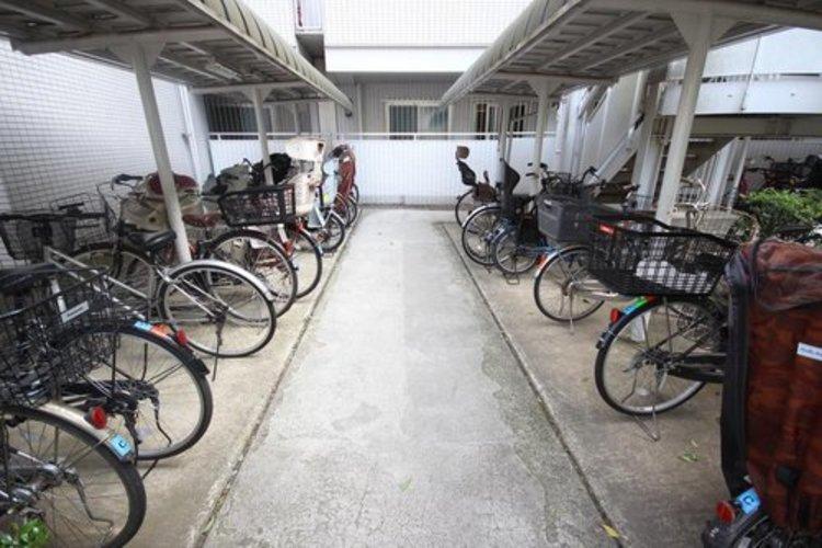 荒天でも安心の屋根付き駐輪スペース。