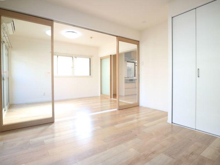 隣接した洋室は、可動ドアを開くと広々空間になります。家族構成の変化にも柔軟に対応するための工夫をいたしました。