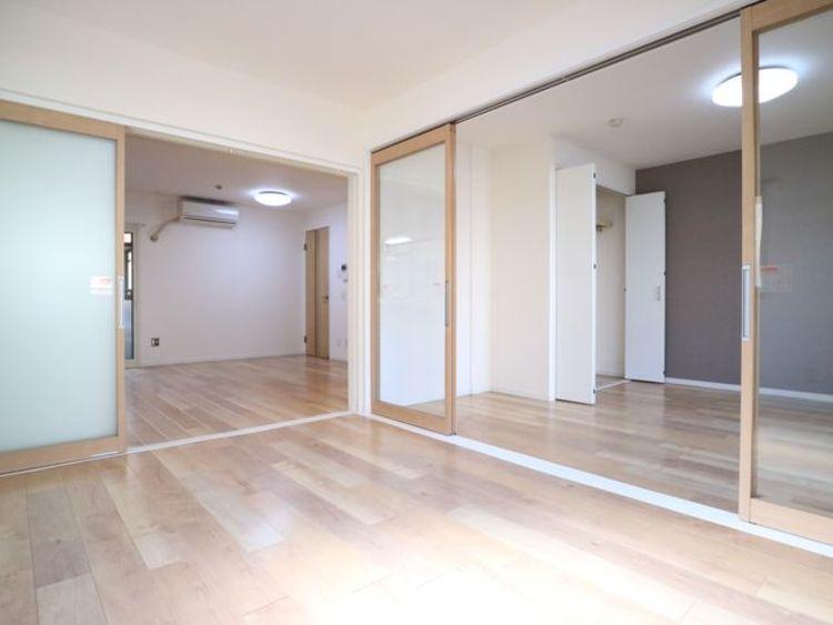 リビングとは引き戸で仕切られた洋室。引き戸を全開にしてリビングとして利用できるのがうれしいポイントです。