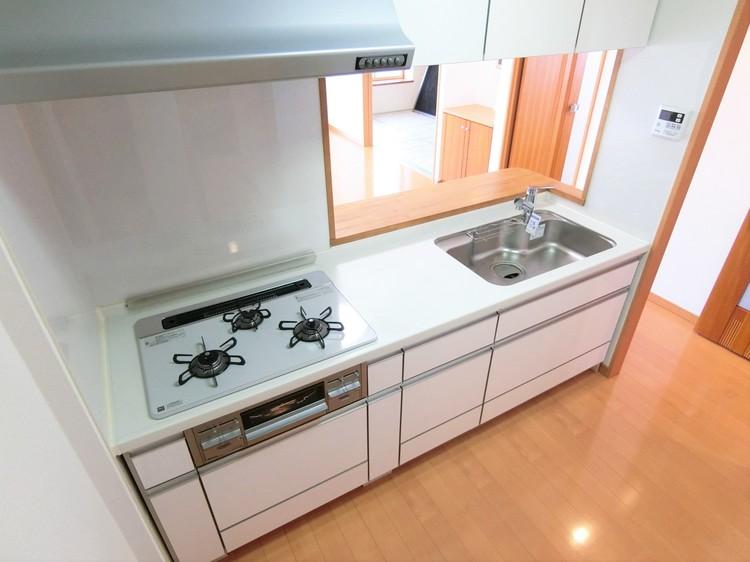 キッチンは、お料理中も家族を身近に感じられる対面式です。