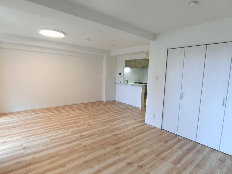 LDK隣にある洋室の扉を開放し、空間を広くお使い頂くこともできます。