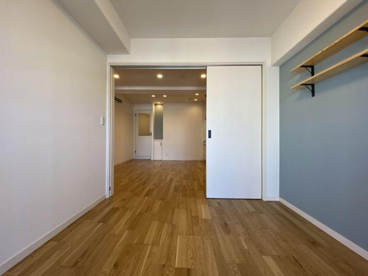 隣接するリビングとの色味を合わせながら、落ち着きのあるお部屋をご用意。 アクセントクロス採用で、一気にセンスのある空間に。
