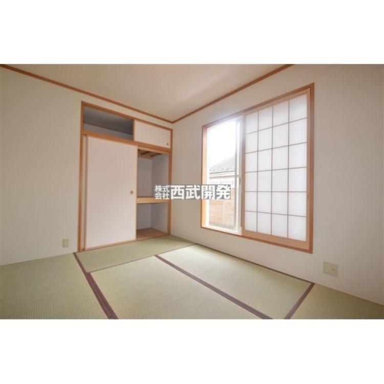 布団が仕舞える位の容量のある収納が付いた和室です。小さなお子様を遊ばせておくスペースや冬はコタツが出来るスペースとしても活用出来ます。