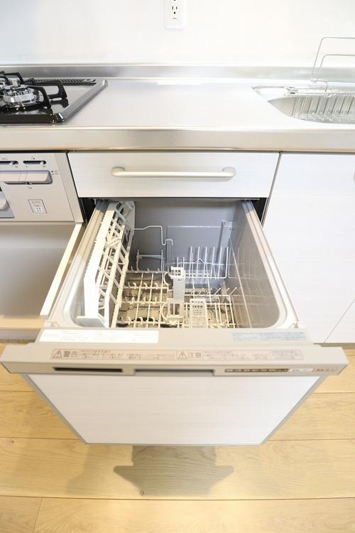 お皿洗いは食洗機にお任せ。家事の時間を短縮できます