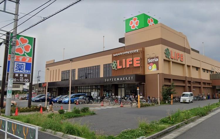 品揃え豊富なスーパー。2階は衣料品や家電を販売しています