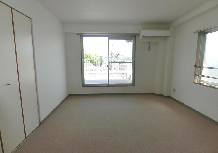 バルコニーに面した約9帖の洋室です。主寝室にぴったりですね。