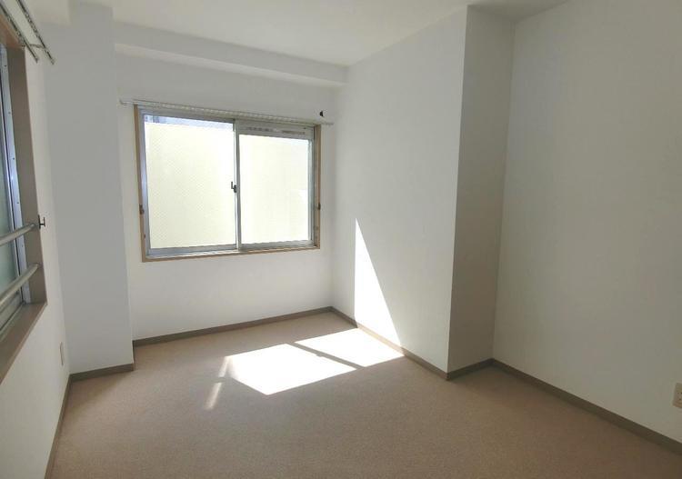 約5帖の洋室です。2面採光で明るく風通しの良いお部屋です。