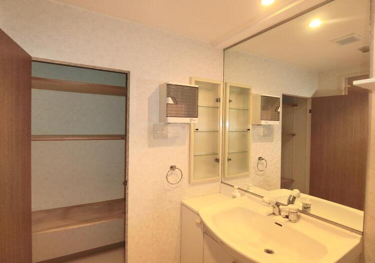 大きな鏡で、使いやすそうな洗面台です。