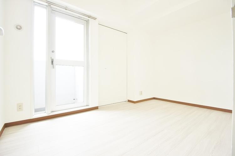 「洋室」主寝室は十分な広さに加えて、快適に目覚められるよう、大きな採光窓を設けました。新しい一日を、気持ちよくスタートできる、寝室にピッタリのお部屋です。