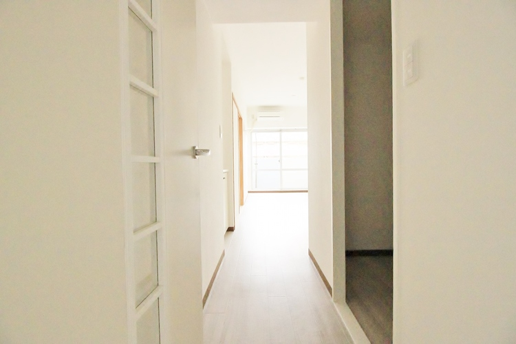 「廊下」ここから始まる「日常」は家族にとって大切で貴重な時間〜だからこそ、少しでも豊かに、少しでも快適に。そんな想いから生まれた本邸宅は、これから先のお住まいをきっと支えてくれるはずです。