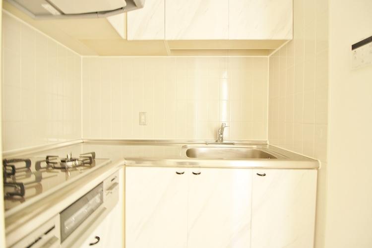 「L字型キッチン」見た目に美しく使いやすさにも優れ、吹きこぼれ等のお掃除も簡単。3口コンロで忙しくても同時に調理ができるので便利ですね。
