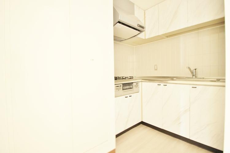 「キッチン」リビングのスペースを広く取れる壁付けキッチン。家事の動線を考えるとキッチンの後ろにすぐダイニングテーブルを配置することができて便利ですね。