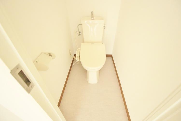 「トイレ」もちろん温水洗浄機能付き便座付き。