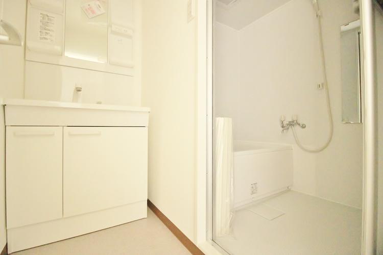 「洗面所」毎日の身だしなみチェックに欠かせない洗面所は上品なデザインで清潔感もあり、使いやすさも兼ね備えています。