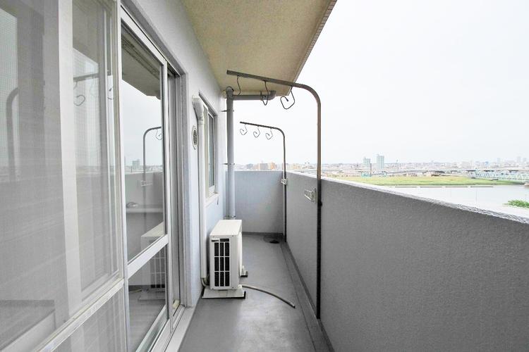 「バルコニー」頬をなでる優しい風を感じることが出来るバルコニー。つい深呼吸をしたくなる気持ちの良い眺望はこのお部屋の自慢です。もちろんお洗濯物を干すスペースとしても十分な広さがあります。