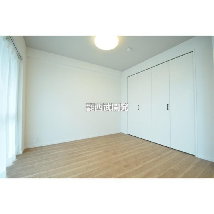 バルコニーに面した大きな窓で明るい4.9帖洋室。