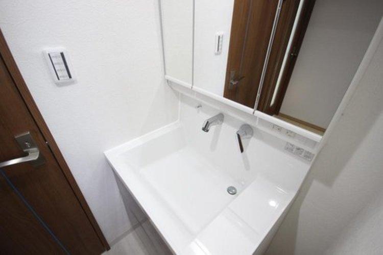 身だしなみを整えやすいよう配慮された、シンプルかつ機能的な洗面台。何かと物が増える場所だからこそ、スッキリと見映えの良い空間に拵えました。
