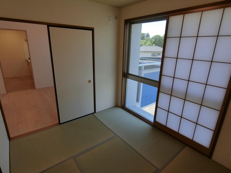 和室約4帖です。リビングの隣の和室はお子様のお昼寝や食後の休憩にと重宝しますね。