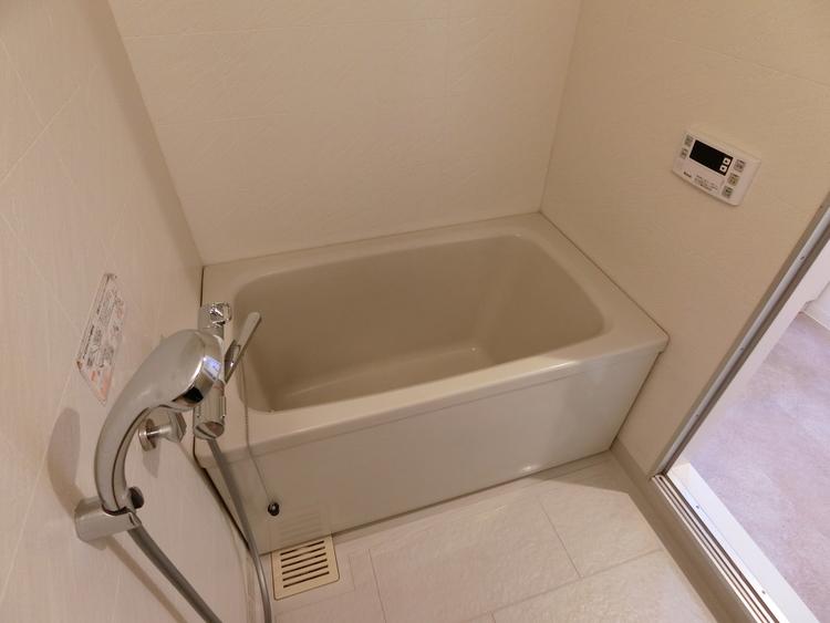 浴室です。浴室換気乾燥暖房機も完備、冬でも暖かく、雨の日や花粉シーズンの洗濯干し場としても大活躍ですね。